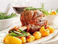Рецепта Ароматен печен свински джолан с майонеза и червено вино в плик на фурна и гарнитура от печени картофи
